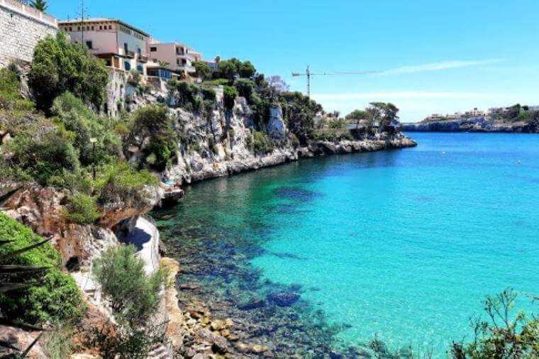 La playa Porto Cristo / Platja d'es Port / Coves Blanques se encuentra en el municipio de Manacor, perteneciente a la provincia de Mallorca y a la comunidad autónoma de Islas Baleares