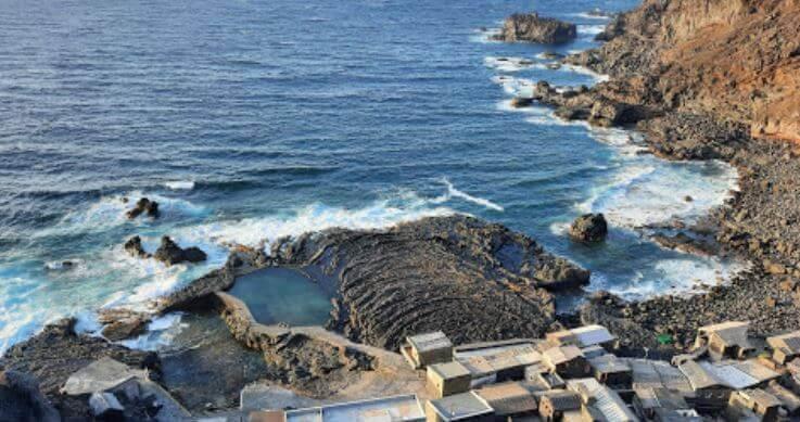 La playa Pozo de las Calcosas se encuentra en el municipio de Valverde, perteneciente a la provincia de El Hierro y a la comunidad autónoma de Canarias