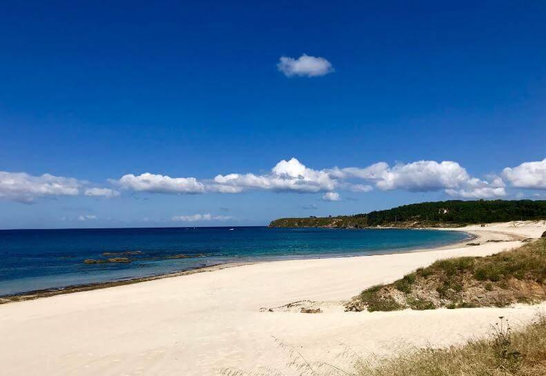 La playa Pragueira se encuentra en el municipio de Sanxenxo, perteneciente a la provincia de Pontevedra y a la comunidad autónoma de Galicia