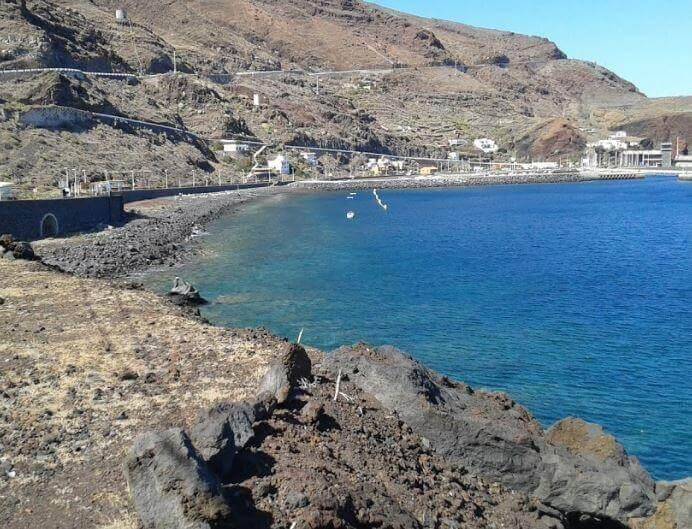 La playa Puerto de la Estaca se encuentra en el municipio de Valverde, perteneciente a la provincia de El Hierro y a la comunidad autónoma de Canarias