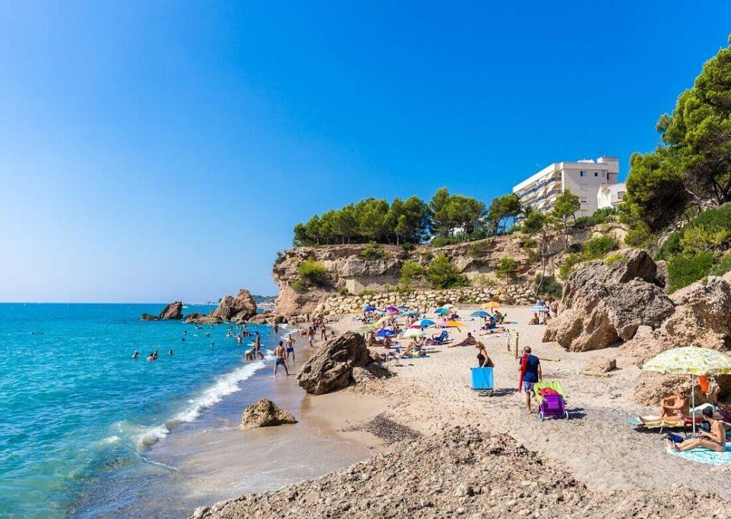 La playa Punta del Riu se encuentra en el municipio de Mont-roig del Camp, perteneciente a la provincia de Tarragona y a la comunidad autónoma de Cataluña