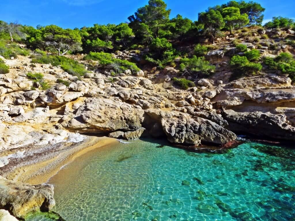 La playa Raco Conill se encuentra en el municipio de Villajoyosa, perteneciente a la provincia de Alicante y a la comunidad autónoma de Comunidad Valenciana