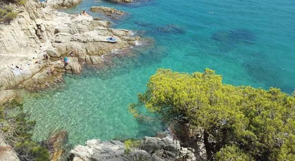 La playa Racó dels Homes se encuentra en el municipio de Calonge, perteneciente a la provincia de Girona y a la comunidad autónoma de Cataluña