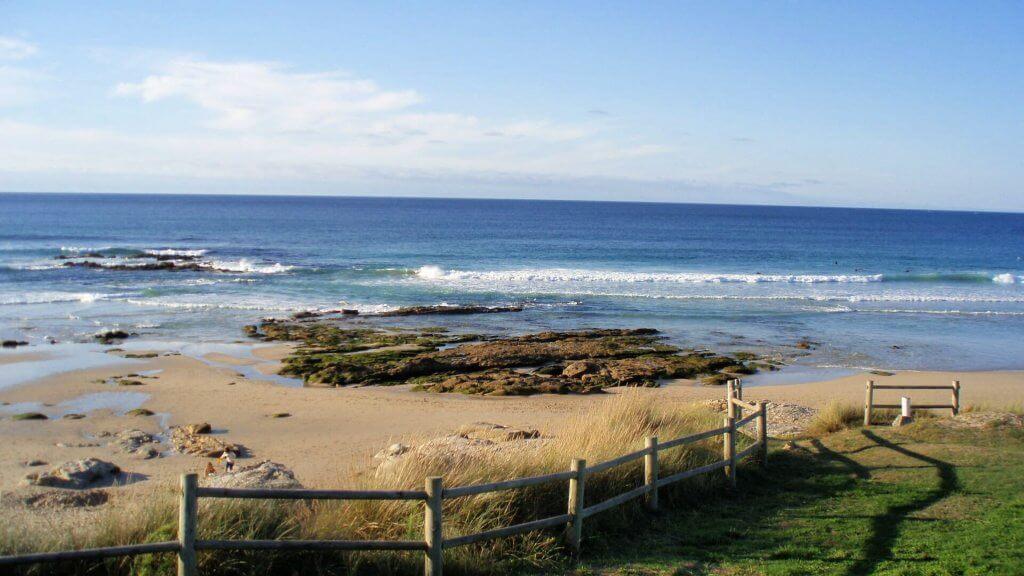 La playa Razo / Arnados se encuentra en el municipio de Carballo, perteneciente a la provincia de A Coruña y a la comunidad autónoma de Galicia