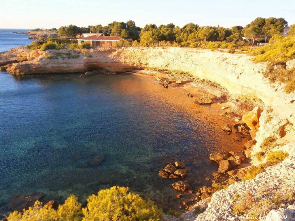 La playa Ribes Altes se encuentra en el municipio de L'Ametlla de Mar, perteneciente a la provincia de Tarragona y a la comunidad autónoma de Cataluña