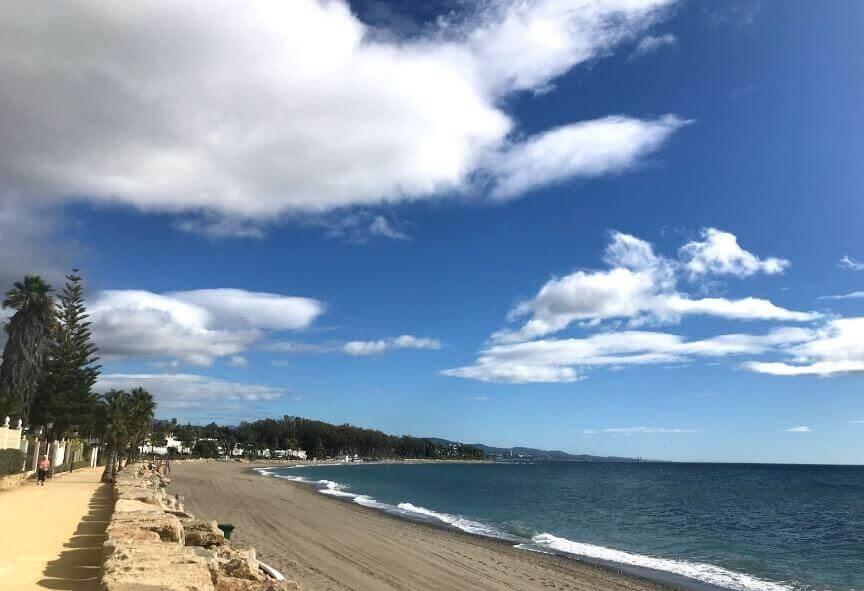 La playa Río Verde se encuentra en el municipio de Marbella, perteneciente a la provincia de Málaga y a la comunidad autónoma de Andalucía