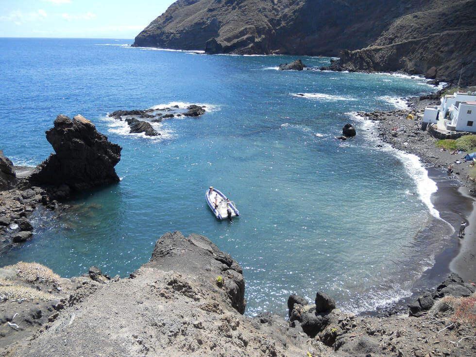 La playa Roque Bermejo se encuentra en el municipio de Santa Cruz de Tenerife, perteneciente a la provincia de Tenerife y a la comunidad autónoma de Canarias