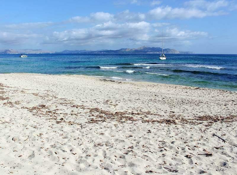 La playa S'Arenal d'En Casat se encuentra en el municipio de Santa Margalida, perteneciente a la provincia de Mallorca y a la comunidad autónoma de Islas Baleares
