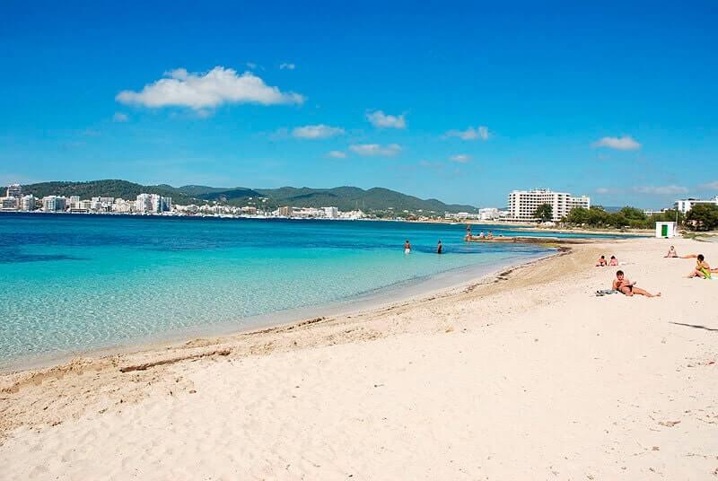 La playa S'Estanyol se encuentra en el municipio de Sant Josep de sa Talaia, perteneciente a la provincia de Ibiza y a la comunidad autónoma de Islas Baleares