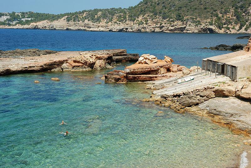 La playa S'Illot d'En Renclí / S'Illot se encuentra en el municipio de Sant Joan de Labritja, perteneciente a la provincia de Ibiza y a la comunidad autónoma de Islas Baleares