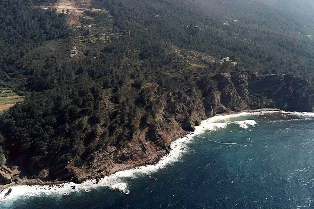 La playa Sa Cova se encuentra en el municipio de Valldemossa, perteneciente a la provincia de Mallorca y a la comunidad autónoma de Islas Baleares