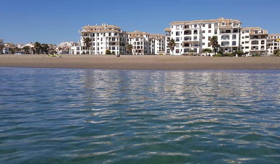 La playa Sabinillas se encuentra en el municipio de Manilva, perteneciente a la provincia de Málaga y a la comunidad autónoma de Andalucía