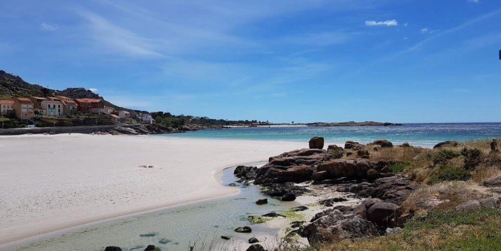 La playa San Pedro / Playa de O Pindo se encuentra en el municipio de Carnota, perteneciente a la provincia de A Coruña y a la comunidad autónoma de Galicia