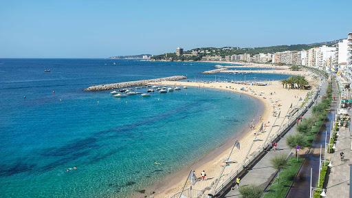 La playa Sant Antoni se encuentra en el municipio de Calonge, perteneciente a la provincia de Girona y a la comunidad autónoma de Cataluña