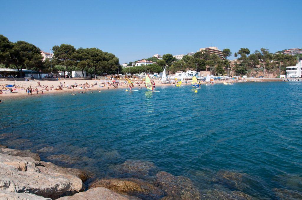 La playa Sant Feliu se encuentra en el municipio de Sant Feliu de Guíxols, perteneciente a la provincia de Girona y a la comunidad autónoma de Cataluña