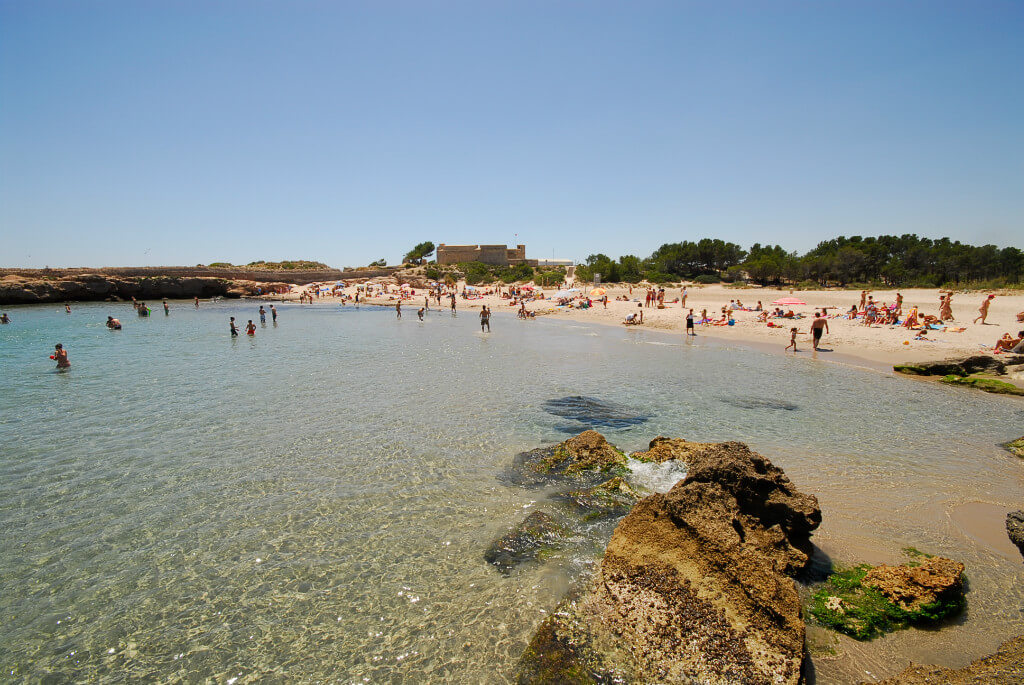 La playa Sant Jordi se encuentra en el municipio de L'Ametlla de Mar, perteneciente a la provincia de Tarragona y a la comunidad autónoma de Cataluña