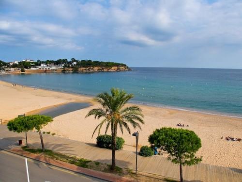 La playa Sant Pol se encuentra en el municipio de Sant Feliu de Guíxols, perteneciente a la provincia de Girona y a la comunidad autónoma de Cataluña