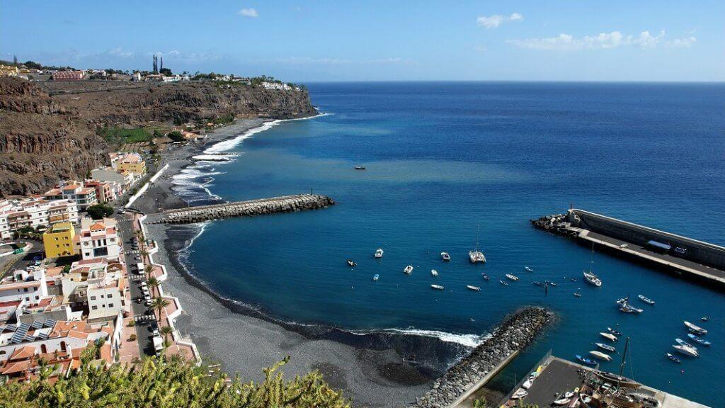 La playa Santiago se encuentra en el municipio de Alajero, perteneciente a la provincia de La Gomera y a la comunidad autónoma de Canarias