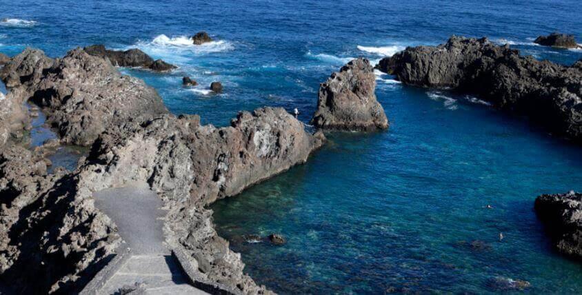 La playa Santo Domingo se encuentra en el municipio de La Guancha, perteneciente a la provincia de Tenerife y a la comunidad autónoma de Canarias