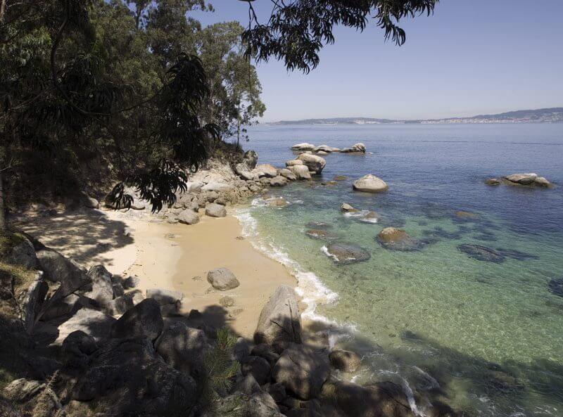 La playa Sartaxens se encuentra en el municipio de Bueu, perteneciente a la provincia de Pontevedra y a la comunidad autónoma de Galicia
