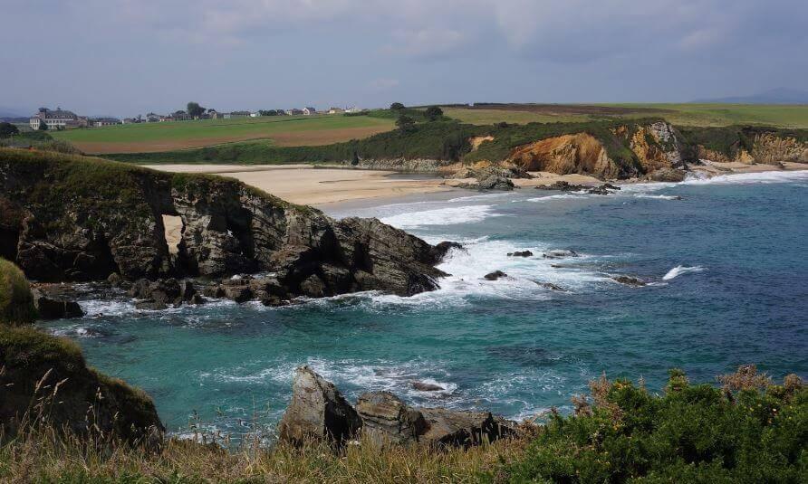 La playa Serantes se encuentra en el municipio de Tapia de Casariego, perteneciente a la provincia de Asturias y a la comunidad autónoma de Principado de Asturias
