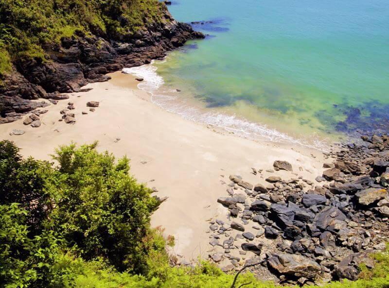 La playa Burbujas se encuentra en el municipio de Cedeira, perteneciente a la provincia de A Coruña y a la comunidad autónoma de Galicia