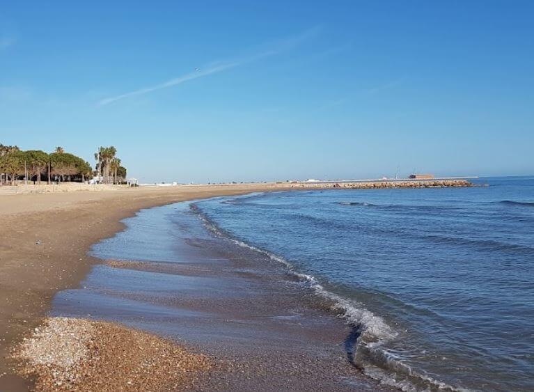 La playa Suizo se encuentra en el municipio de Sant Carles de la Ràpita, perteneciente a la provincia de Tarragona y a la comunidad autónoma de Cataluña
