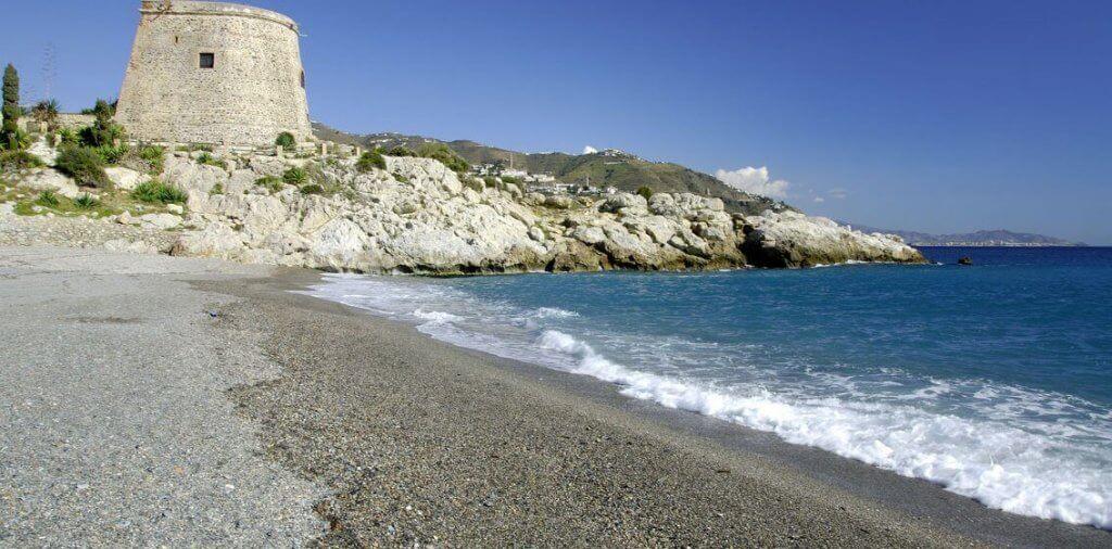 La playa Tesorillo se encuentra en el municipio de Almuñécar, perteneciente a la provincia de Granada y a la comunidad autónoma de Andalucía