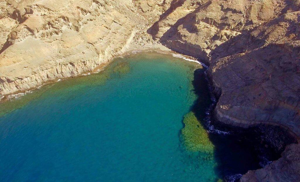 La playa Tiritaña se encuentra en el municipio de Mogán, perteneciente a la provincia de Las Palmas de Gran Canaria y a la comunidad autónoma de Canarias