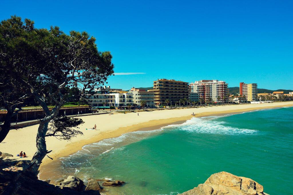 La playa Torre Valentina se encuentra en el municipio de Calonge, perteneciente a la provincia de Girona y a la comunidad autónoma de Cataluña