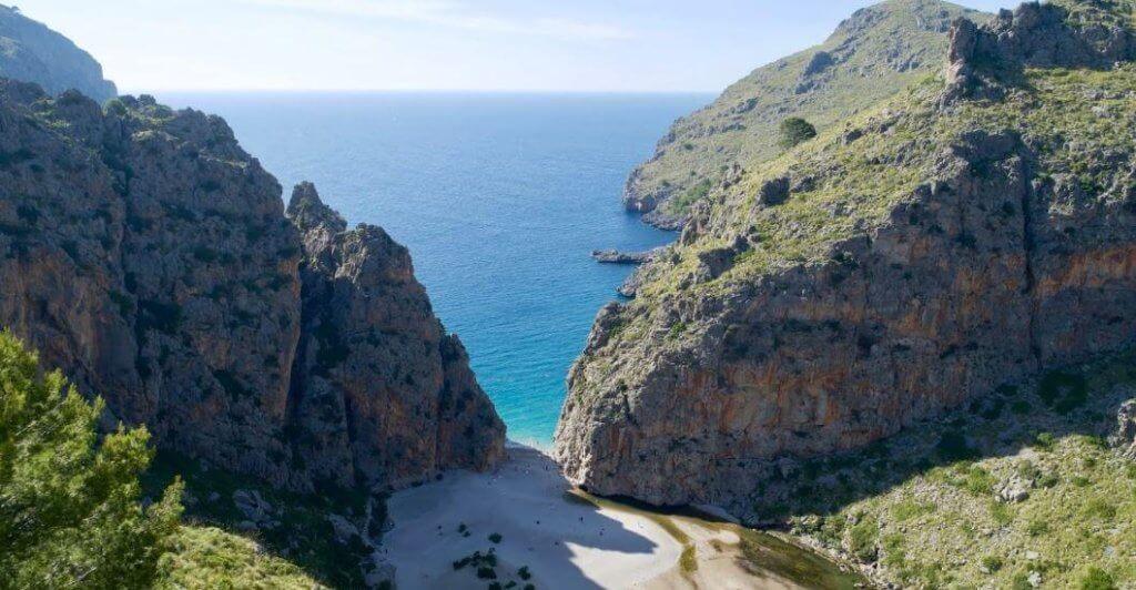 La playa Torrent de Pareis se encuentra en el municipio de Escorca, perteneciente a la provincia de Mallorca y a la comunidad autónoma de Islas Baleares