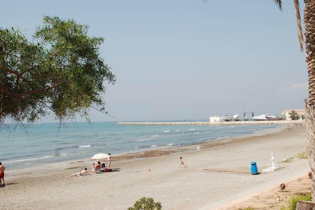 La playa Varadero se encuentra en el municipio de Santa Pola, perteneciente a la provincia de Alicante y a la comunidad autónoma de Comunidad Valenciana