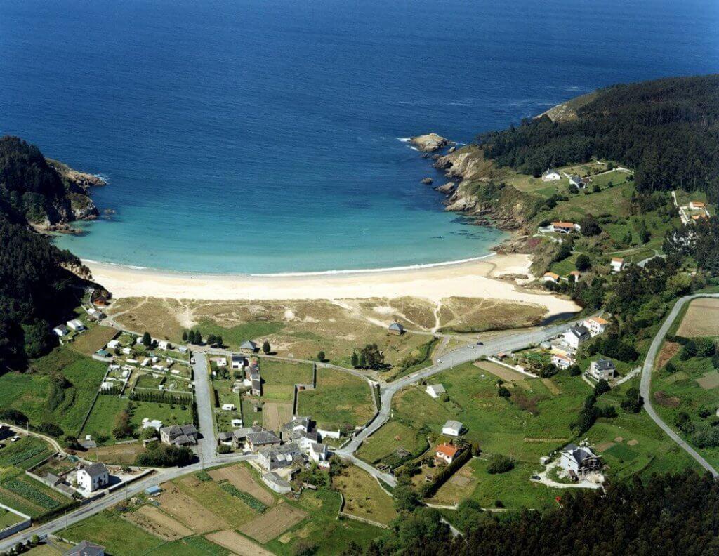La playa Xilloy se encuentra en el municipio de O Vicedo, perteneciente a la provincia de Lugo y a la comunidad autónoma de Galicia